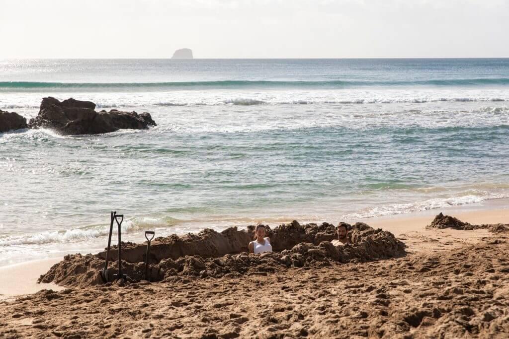 احفر مسبحك الخاص في شاطئ Hot Water Beach - الصورة لـGraeme Murray