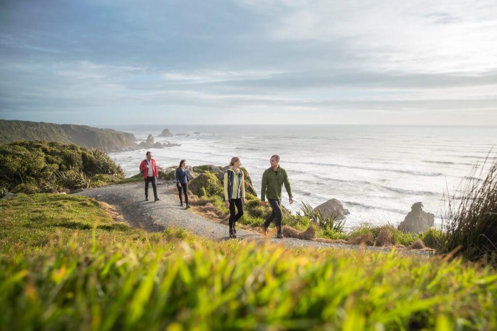 تراكات المشي المنتشرة على طول الساحل الغربي للجزيرة الجنوبية