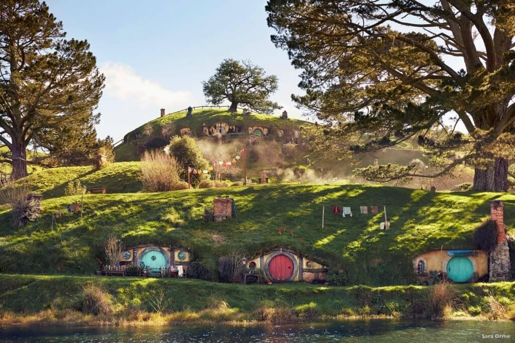 منازل الهوبيت في قرية الشاير المشهورة - في قرية هوبيتون بنيوزيلندا