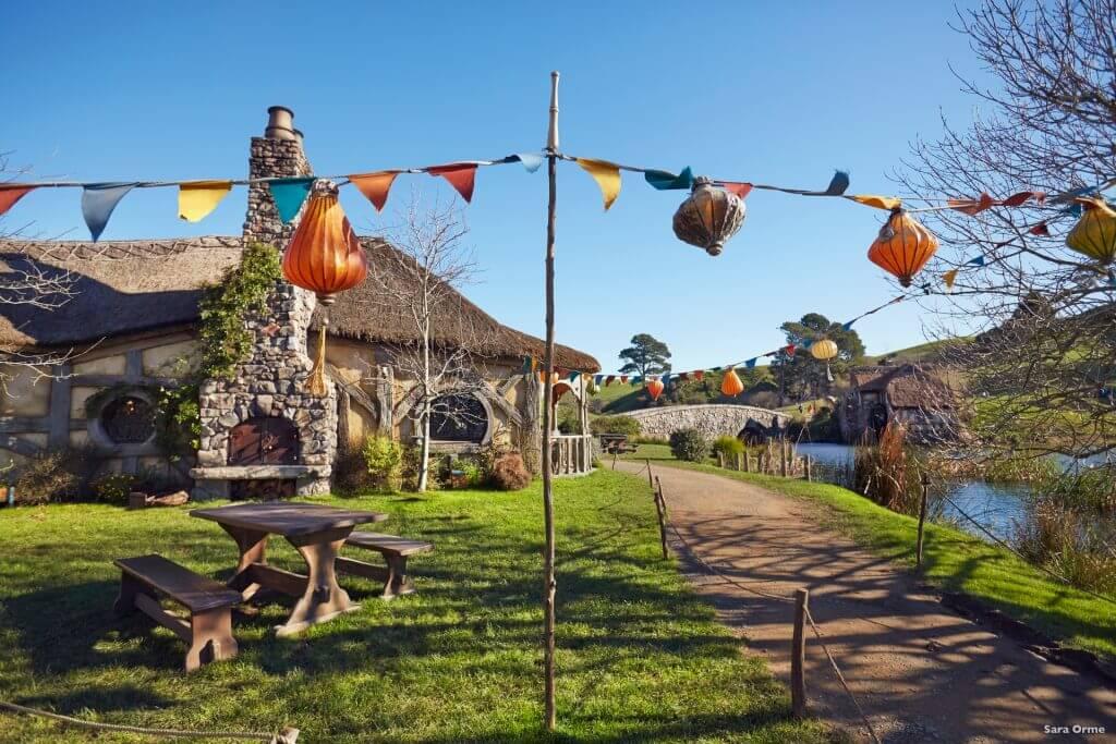 وسط قرية هوبيتون - المكان الذي فيه المطعم و المقهى