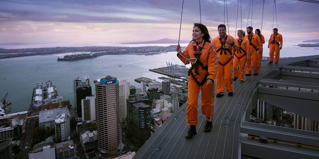 المشى أعلى برجي Sky Tower - تجربة لا تنسى